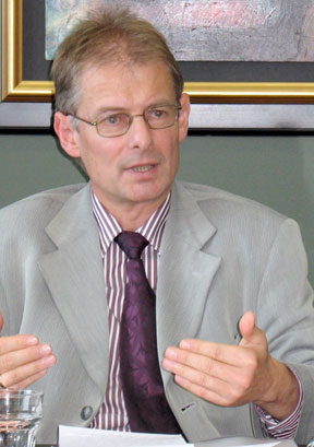 Prof. Arthur Benz addresses listeners at the Forum of Federations offices in October.