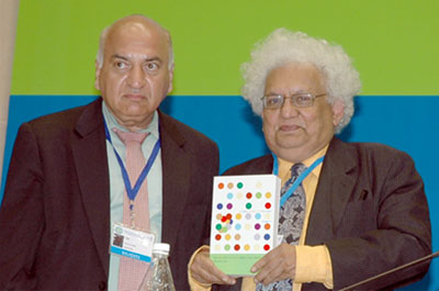 Photo: Anwar Shah, left, and Meghnad Desai display Global Dialogue Book 4, The Practice of Fiscal Federalism: Comparative Studies, at the Fourth International Conference on Federalism in New Delhi in November 2007.