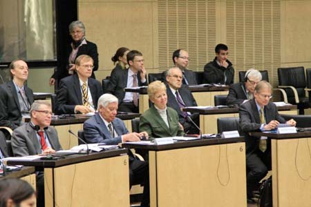 First row from right to left: Prof. Arthur Benz, Technical University of Darmstadt; Dr. Anglica Schwall-Düren, Minister for Federal Affairs, Europe and the Media and Plenipotentiary of the Federal State of North Rhine-Westphalia; Prof. John Kincaid, Lafayette College, USA; Prof. Carlos Closa, Madrid