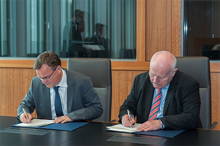 Forum chairman Prof. Milbradt, former Premier of Saxony, and State Secretary Hans-Georg Engelke from the Federal Ministry of the Interior sign the new three year agreement.