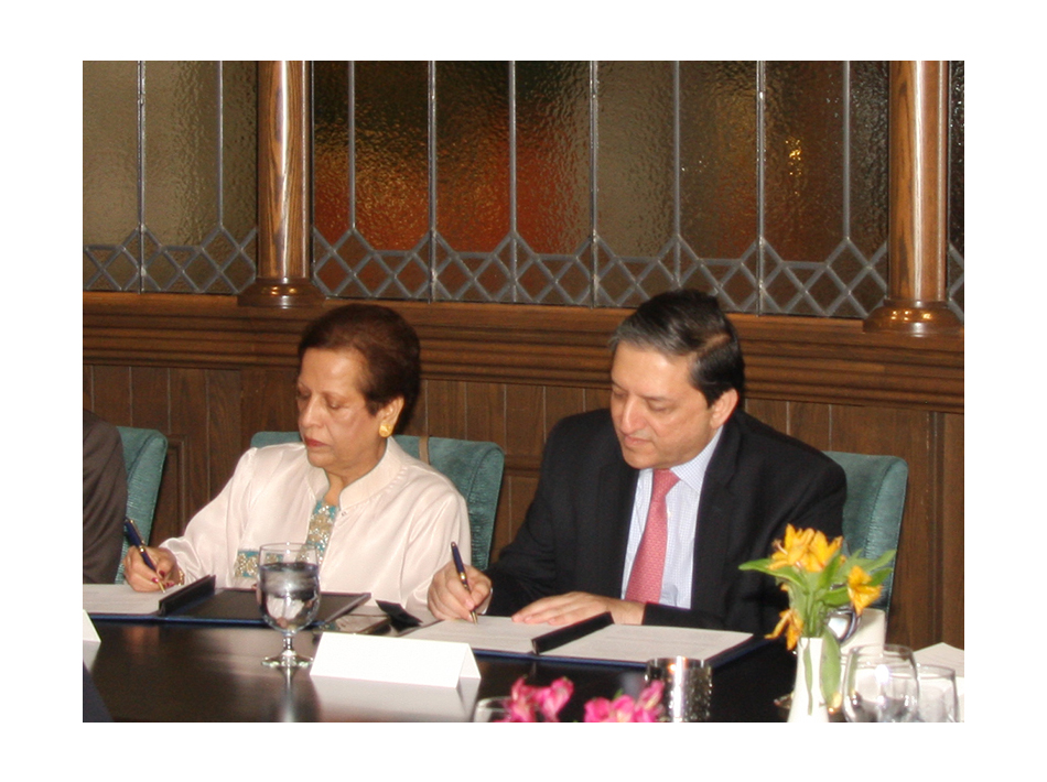 Vice Chair of the Board of Directors of the Forum of Federations Ms. Salma Siddiqui and Deputy Chairman of the Senate of Pakistan Senator Saleem Mandviwalla sign the new Memorandum of Understanding between the Forum and the Senate of Pakistan